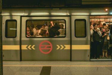 誰にも迷惑をかけず、電車で読書するには?【満員電車では修羅の道】